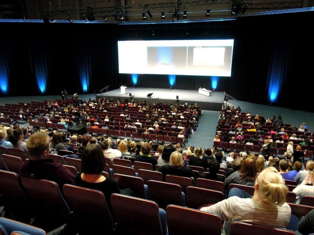 StartupStockPhotos auf Pixabay  Eine Präsentation muss auf das Auditorium ausgelegt sein. Ist die Darstellung zu klein, zu wenig kontrastreich oder zu detailliert, können Zuschauer nicht folgen und der Vortrag verliert an Qualität.